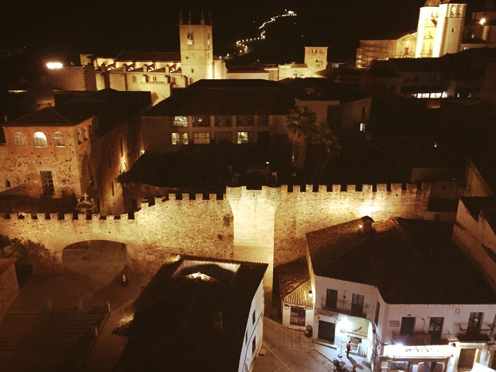 Cáceres de noche, un paseo por una auténtica Ciudad Medieval